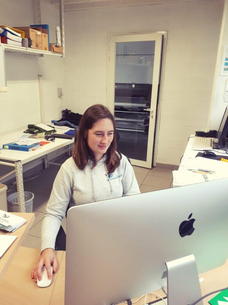 Kelsey achter bureau